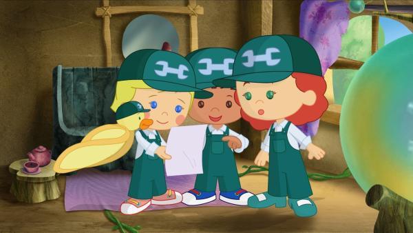 Zoé, Finn und Tanja bekommen eine Liste mit Dingen, die sie reparieren sollen. Ente QuackQuack ist ganz interessiert. | Rechte: KiKA/Mike Young Productions