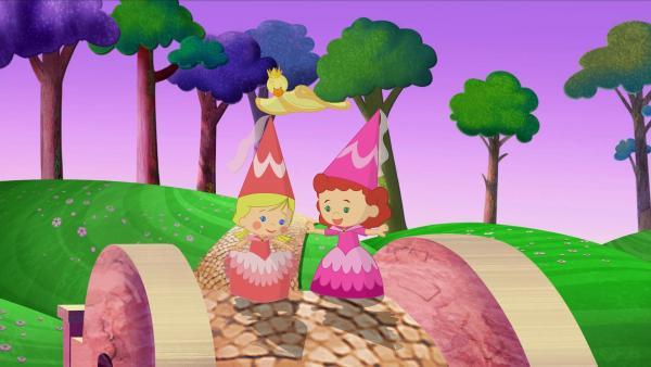 Zoé (li.) und Tanja als zwei Burgfräulein mit Spitzhüten und Schleier. QuackQuack trägt diesmal eine goldene Krone. | Rechte: KiKA/Mike Young Productions