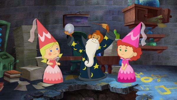 Zoé (li.) und Tanja treffen den Zauberer Abrakam, der seine magische Kugel und den Zauberstab dabei hat. | Rechte: KiKA/Mike Young Productions