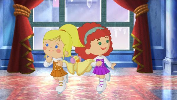 Zoé und Tanja mit QuackQuack beim Schlittschuhlaufen im Eisschloss der Winterkönigin.   Rechte: KiKA/Mike Young Productions