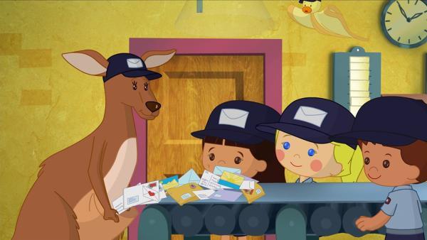 Yasemin, Zoé und Finn schauen begeistert im Postamt zu, wie das Känguru die Briefe einsammelt, um sie dann auszutragen. | Rechte: KiKA/Mike Young Productions