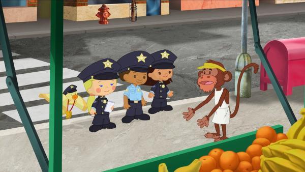 Als Polizisten versuchen QuackQuack, Zoé, Hamid und Yasemin den schwierigen Fall mit dem Bananendieb zu lösen und befragen Herr Schimpanse. | Rechte: KiKA/Mike Young Productions