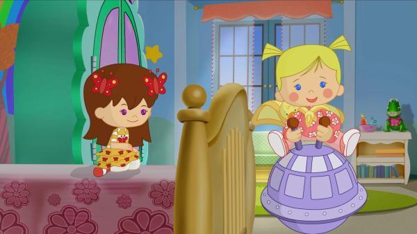 Zoé und QuackQuack springen auf einem Hüpfball quer durchs Kinderzimmer, Lili schaut bewundernd zu. | Rechte: KiKA/Mike Young Productions