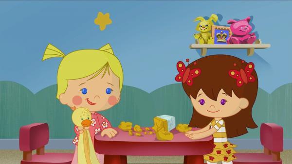 Zoé mit QuackQuack und Lili spielen hier mit Ton. Sie wollen Blumenvasen machen. | Rechte: KiKA/Mike Young Productions