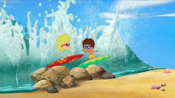 Zoé und Finn reiten auf den Wellen.   Rechte: KiKA/Mike Young Productions