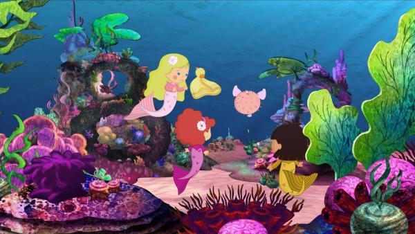 Unter Wasser treffen Zoé, QuackQuack und Tanja einen aufgeblasenen Kugelfisch.   Rechte: KiKA/Mike Young Productions