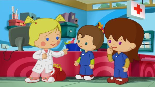 Doktor Zoé mit Pfleger Max und Schwester Lili in der Spielzeugklinik. | Rechte: KiKA/Mike Young Productions