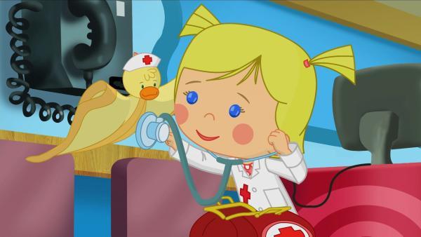 Doktor Zoé hört QuackQuacks Herz ab. | Rechte: KiKA/Mike Young Productions