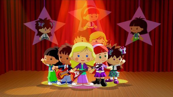 Die fünf glücklichen Popstars v.l.: Yasemin, Finn, Zoé, Tanja und Lili auf der Bühne.   Rechte: KiKA/Mike Young Productions