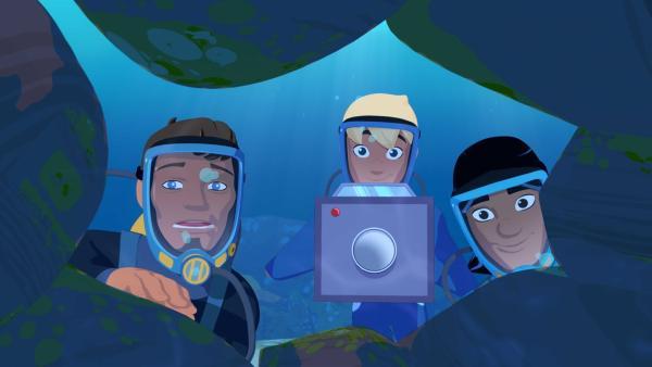 Yann und Auru sind mit dem berühmten Dokumentarfilmer John Shark auf Unterwasser-Expedition und schauen gerade in eine Höhle.   Rechte: ZDF/Media Valley/Marzipan Films/TF1/Gaumont Animation