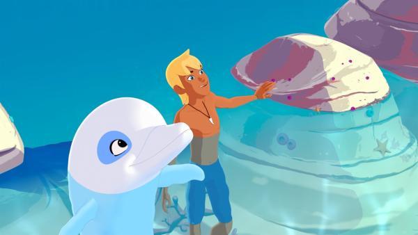 Zoom, der weiße Delfin, und sein bester Freund Yann. Die beiden freuen sich, weil sie Yanns kleine Schwester Marina entdeckt haben.   Rechte: ZDF/Media Valley/Marzipan Films/TF1/Gaumont Animation