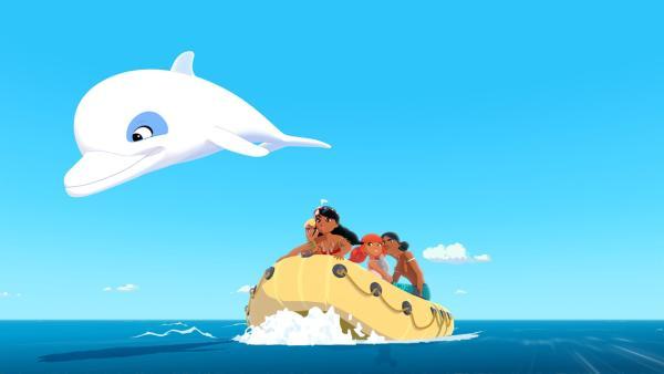 Zoom verfolgt zusammen mit Yann (v.l.), Timeti, Marina und Auru den Schamanen Ramana, der sich, nachdem sein Zepter zerbrochen ist, plötzlich für einen Delfin hält und ihnen davongeschwommen ist.   Rechte: ZDF/Media Valley/Marzipan Films