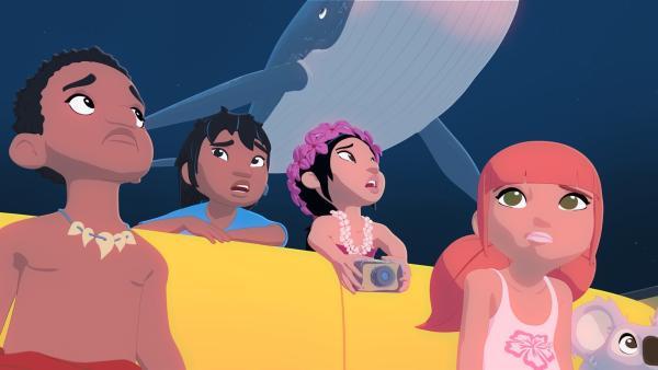 Langsam wird es Marina (r.) und ihren Freunden Onaku (l.), Kai (2.v.l.) und Tevati (2.v.r.) doch etwas mulmig. Ihr heimlicher Ausflug im U-Boot von Onkel Patrick läuft nicht wie geplant. Das U-Boot sinkt immer tiefer in Richtung Meeresgrund.   Rechte: ZDF/Media Valley/Marzipan Films
