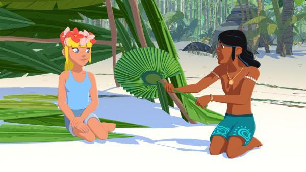 Clarissa (l.) und Auru (r.) sind auf einer ihnen unbekannten, einsamen Insel gestrandet und versuchen das Beste daraus zu machen, bis sie endlich gefunden werden.   Rechte: ZDF/Media Valley/Marzipan Films