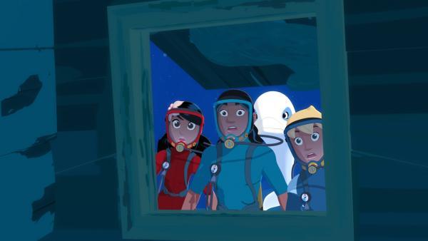 Bei ihrem Tauchgang auf der Suche nach Aurus wertvoller Kette machen Timeti (v.l.), Auru, Zoom und Yann in einem Schiffswrack eine erstaunliche Entdeckung. | Rechte: ZDF/Media Valley/Marzipan Films