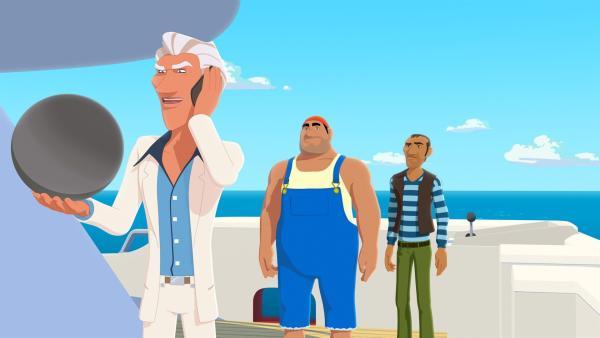 Van Krook (l.) hat Biff (M.) und Rico (r.) die Perle Poemari von der Insel Maotou stehlen lassen. Nun will er die wertvolle Perle meistbietend verkaufen. | Rechte: ZDF/Media Valley/Marzipan Films
