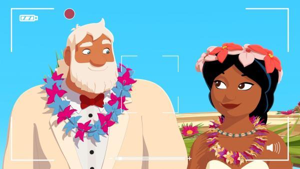 Maeva (r.) möchte Werbung machen für ihr Strandrestaurant und dreht deshalb einen Werbefilm: Hochzeit auf Maotou. Sie spielt die Braut und Onkel Patrick (l.) mimt den Bräutigam. Doch dann hält Ramana versehentlich eine echte Hochzeitszeremonie ab und Maeva und Onkel Patrick sind verheiratet. | Rechte: ZDF/Media Valley/Marzipan Films