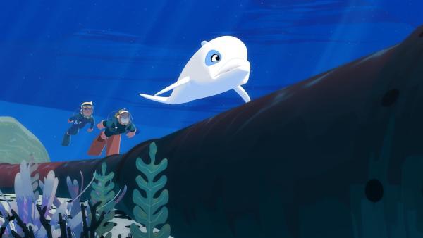 Zoom (r.), Yann (l.) und Onkel Patrick (M.) suchen unter Wasser nach dem Leck in einer Unterwasser-Ölpipeline.  Sie haben zuvor Ölflecken auf der Wasseroberfläche entdeckt, die auf auslaufendes Öl hindeuten. | Rechte: ZDF/Media Valley/Marzipan Films