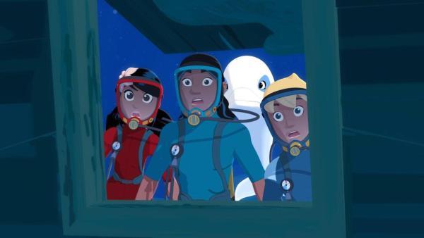 Timeti (links), Auru (mittig links), Zoom (mittig rechts) und Yann (rechts) sind auf dem Meeresgrund und schauen mit weit auferissenen Mündern in ein Schiffswrack hinein. | Rechte: Media Valley/Marzipan Films - 2020