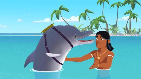 Auru (rechts) freut sich, dass sein alter Freund Delfin Igor (links) wieder da ist und streckt seine Arme aus, um ihn zu umarmen. Sie schwimmen im Meer vor der Insel. | Rechte: Media Valley/Marzipan Films - 2020