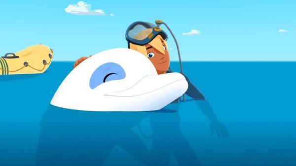 Yann umarmt Zoom im Wasser und ist glücklich. | Rechte: (c) Media Valley/Marzipan Films - 2020