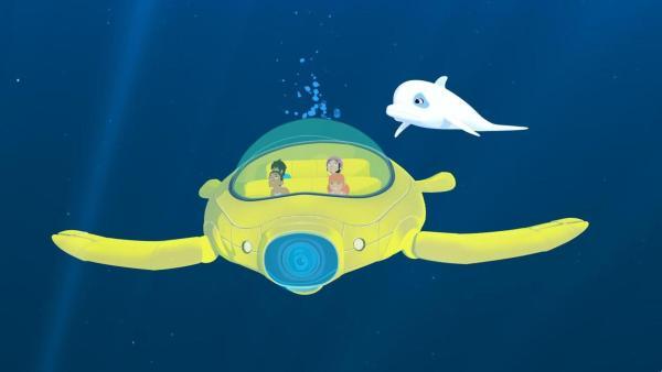 Marina und ihre Freunde sitzen im U-Boot (mittig) und tauchen in den Tiefen des Meeres, über ihnen Schwimmt Delfin Zoom. | Rechte: Media Valley/Marzipan Films - 2020