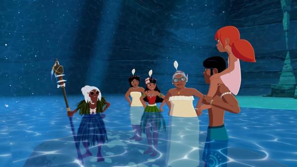 Ramana, Maeva, Timeti und Faratina stehen im halbhohen Wasser einer Unterwasserhöhle und schauen empört zu Auru und Marina. Auru trägt Marina auf seinen Schultern. | Rechte: (c) Media Valley / Marzipan Films - 2020